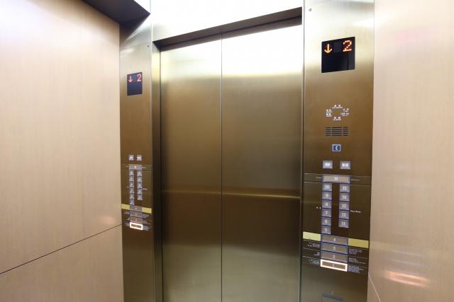 エレベーターでは目上の方やお客様を優先しましょう。